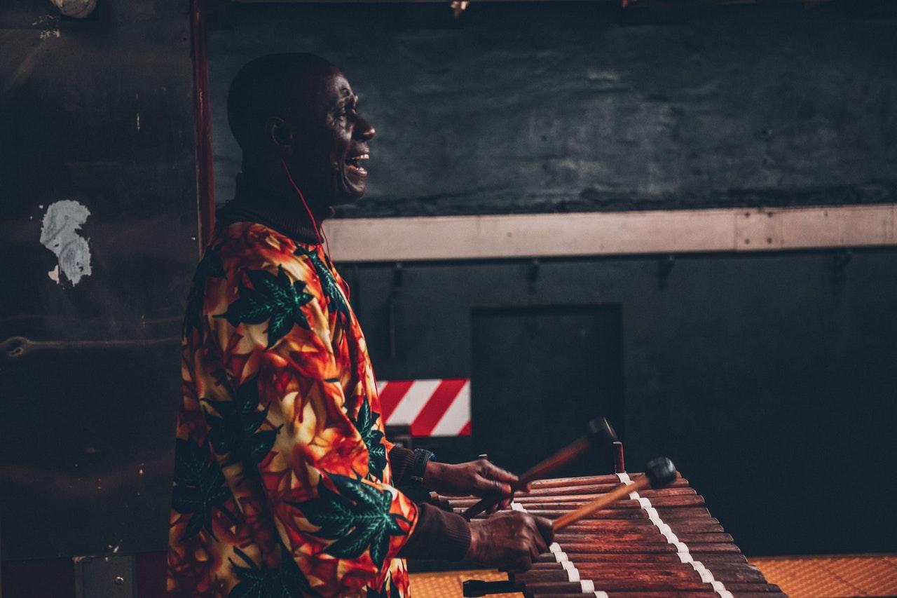 Sprechende Trommeln und afrikanische Trommelsprachen
